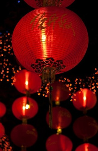 Красные бумажные фонарики