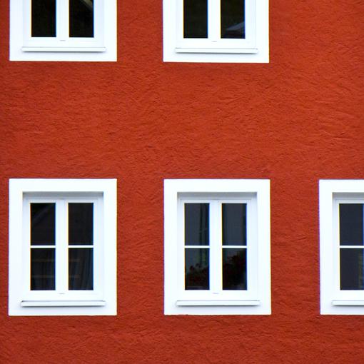 Красный дом. Белые окна.jpg