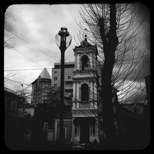 Вид на Храм Воскресения Словущего из Брюсова сквера