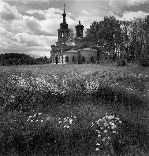 Летняя чб картинка с цветами перед церковью в Никола-Рене