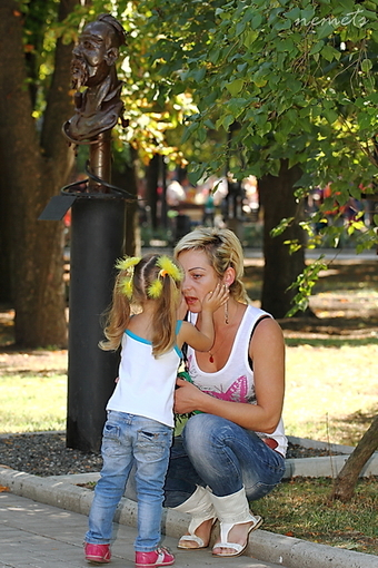 Девочка с мамой.