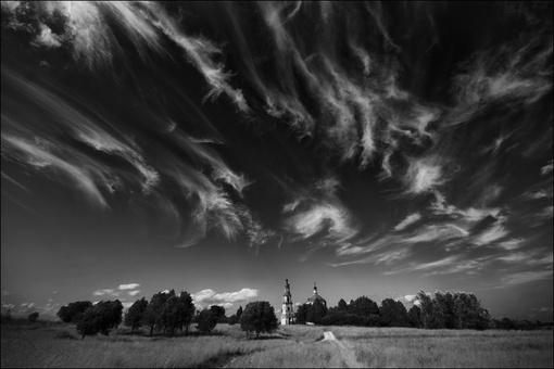 Летняя чб картинка с красивыми облаками в небе над Кузнецово